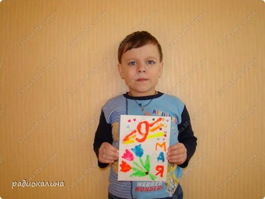 К празднику сделали ребятки открытки, рисунок на которых нарисовали пластилином. Восковой пластилин полюбился в работе малышам: легко размазывается и приятен на ощупь. Вот Егор постарался сделать открытку. фото 1