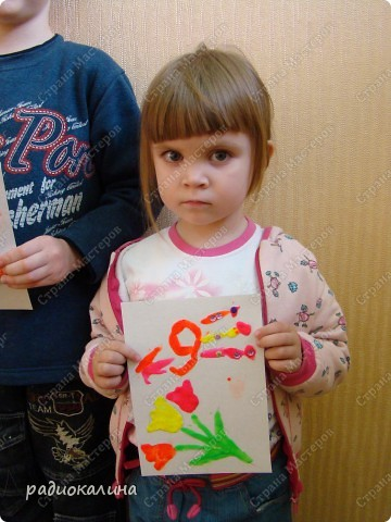 К празднику сделали ребятки открытки, рисунок на которых нарисовали пластилином. Восковой пластилин полюбился в работе малышам: легко размазывается и приятен на ощупь. Вот Егор постарался сделать открытку. фото 3