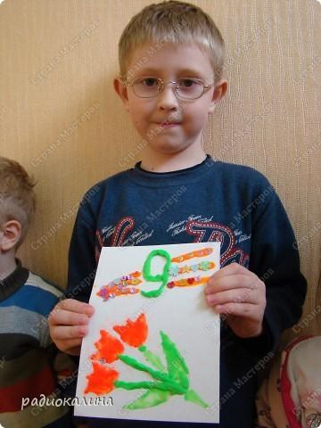 К празднику сделали ребятки открытки, рисунок на которых нарисовали пластилином. Восковой пластилин полюбился в работе малышам: легко размазывается и приятен на ощупь. Вот Егор постарался сделать открытку. фото 4
