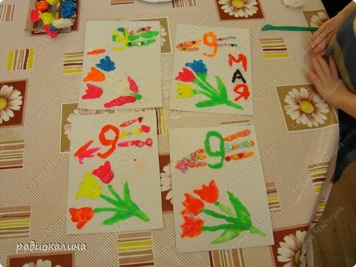 К празднику сделали ребятки открытки, рисунок на которых нарисовали пластилином. Восковой пластилин полюбился в работе малышам: легко размазывается и приятен на ощупь. Вот Егор постарался сделать открытку. фото 2