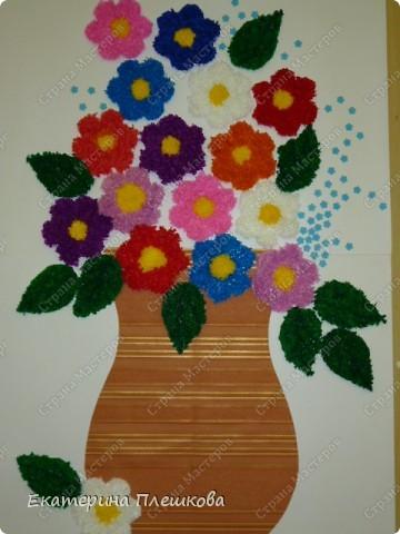 Такую вазу с цветами мы в классе делали нашим мамам. Цветы и листочки выполнены в технике торцевание.