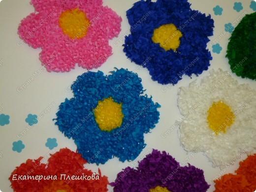 Такую вазу с цветами мы в классе делали нашим мамам. Цветы и листочки выполнены в технике торцевание. фото 2