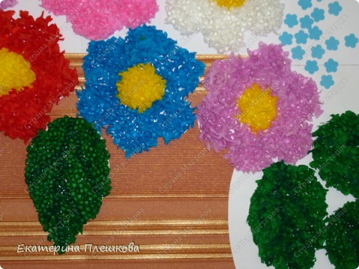 Такую вазу с цветами мы в классе делали нашим мамам. Цветы и листочки выполнены в технике торцевание. фото 3