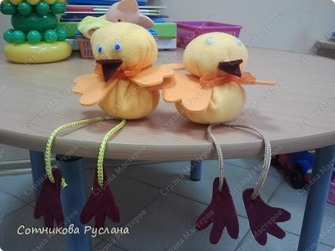 Извиняюсь сразу за качество фото- это с телефона...  Весёлые цыплята рады своему рождению! Их сотворили Соня и Даша. фото 1