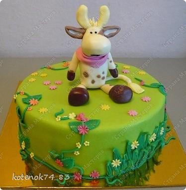 Опять в ход пошли любимые игрушки) Тортик предназначается для маленькой принцессы, у которой 3 года живет вот такая забавная коровка. И так как они не разлучны все время, то выбор поздравлять ее в такой замечательный день пал именно на эту коровушку) фото 1