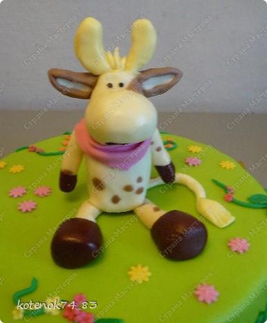 Опять в ход пошли любимые игрушки) Тортик предназначается для маленькой принцессы, у которой 3 года живет вот такая забавная коровка. И так как они не разлучны все время, то выбор поздравлять ее в такой замечательный день пал именно на эту коровушку) фото 2