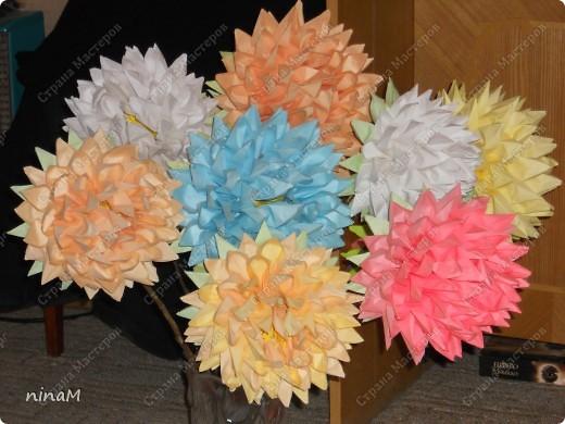 на что похожи не знаю, кто говорит, что георгины, кто хризонтемы. Изначально сделала лотос (ниже есть фото), затем добавила рядов в цветке и закрепила на стебле. фото 3