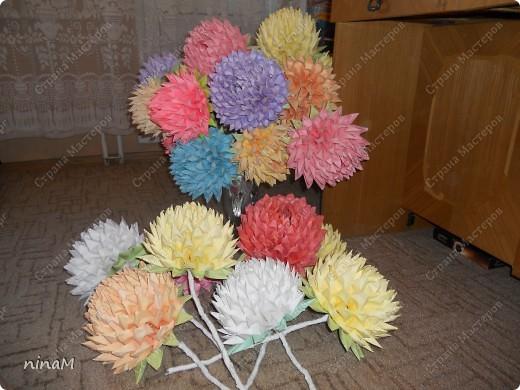 на что похожи не знаю, кто говорит, что георгины, кто хризонтемы. Изначально сделала лотос (ниже есть фото), затем добавила рядов в цветке и закрепила на стебле. фото 7