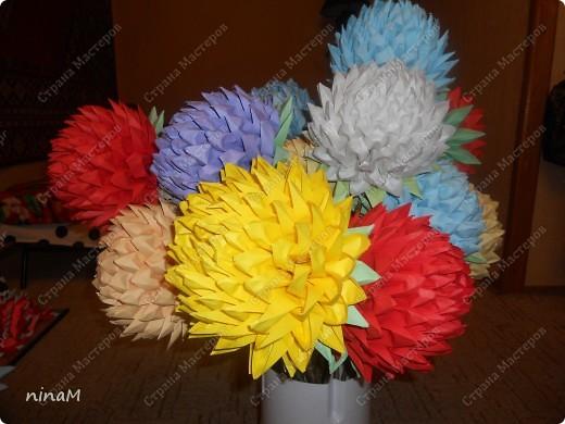 на что похожи не знаю, кто говорит, что георгины, кто хризонтемы. Изначально сделала лотос (ниже есть фото), затем добавила рядов в цветке и закрепила на стебле. фото 6