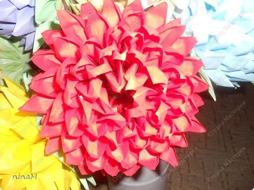 на что похожи не знаю, кто говорит, что георгины, кто хризонтемы. Изначально сделала лотос (ниже есть фото), затем добавила рядов в цветке и закрепила на стебле. фото 10