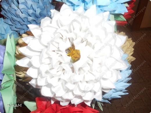 на что похожи не знаю, кто говорит, что георгины, кто хризонтемы. Изначально сделала лотос (ниже есть фото), затем добавила рядов в цветке и закрепила на стебле. фото 11