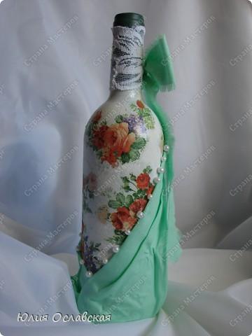Всем доброе время суток! Поступил мне заказ на изготовление 3 бутылок в разном стиле. Бутылка №1 на серебряную свадьбу. Можно сказать, что это мой дебют в таком декоре. Первый раз использовала ткань, осталась очень довольна. фото 7