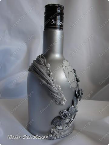 Всем доброе время суток! Поступил мне заказ на изготовление 3 бутылок в разном стиле. Бутылка №1 на серебряную свадьбу. Можно сказать, что это мой дебют в таком декоре. Первый раз использовала ткань, осталась очень довольна. фото 3