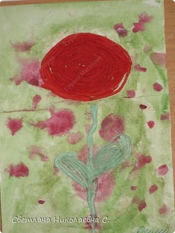 Вот такие цветы мы сделали на занятии. Фон подготовили заранее.  Очень понравилась техника пейп-арт  Татьяны Сорокиной. Решила попробовать с детьми.  С большим удовольствием крутили нити из разноцветных салфеток и потом выкладывали из них цветы. Решила взять самый простой вариант для первого раза. Дети были в восторге от своих работ.  фото 2