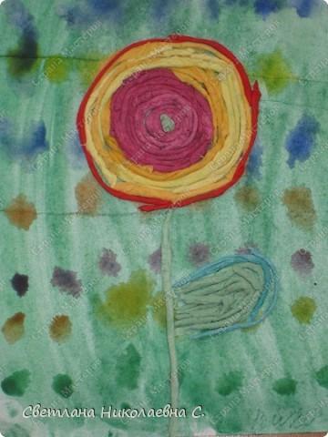 Вот такие цветы мы сделали на занятии. Фон подготовили заранее.  Очень понравилась техника пейп-арт  Татьяны Сорокиной. Решила попробовать с детьми.  С большим удовольствием крутили нити из разноцветных салфеток и потом выкладывали из них цветы. Решила взять самый простой вариант для первого раза. Дети были в восторге от своих работ.  фото 3