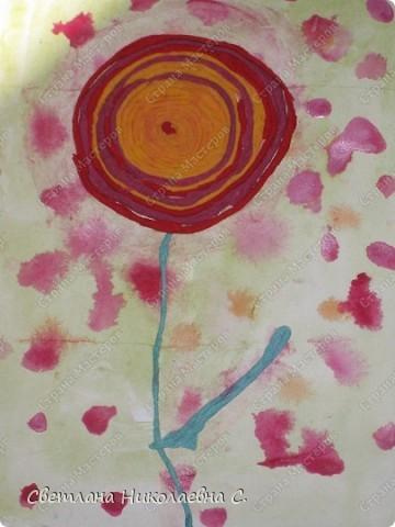 Вот такие цветы мы сделали на занятии. Фон подготовили заранее.  Очень понравилась техника пейп-арт  Татьяны Сорокиной. Решила попробовать с детьми.  С большим удовольствием крутили нити из разноцветных салфеток и потом выкладывали из них цветы. Решила взять самый простой вариант для первого раза. Дети были в восторге от своих работ.  фото 4