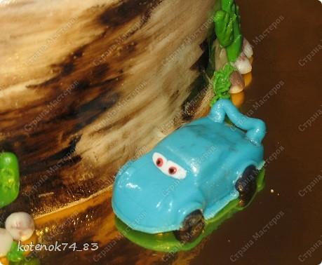 У старшего сыночка первый юбилей - 5 лет! Вот такой каньон с тачками я готовила для него ночью))) Пять машинок (любимые герои) - как и положено!!! Сам торт разукрашивала гелевыми красками, разведенными водой, при помощи губки, кисточкой подрисовывала более темные места (уже неразведеной краской).  фото 5