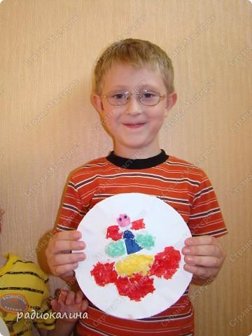 Лето, солнце, цветы и рядом с ними всегда мотыльки и бабочки. Вот и у ребяток получились картинки с цветком и бабочкой. Каждому ребенку нравятся свои цвета салфеток, из которых они делали цветы и бабочек. Вот у Данилы какие яркие цвета - сразу видно жизнерадостного человека. фото 1