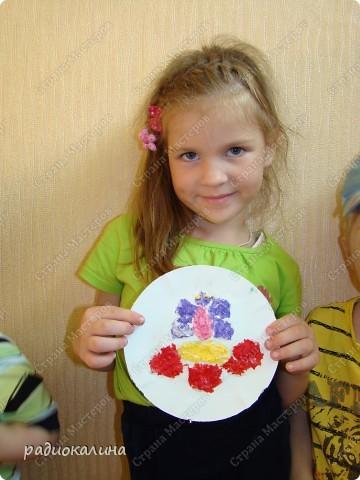 Лето, солнце, цветы и рядом с ними всегда мотыльки и бабочки. Вот и у ребяток получились картинки с цветком и бабочкой. Каждому ребенку нравятся свои цвета салфеток, из которых они делали цветы и бабочек. Вот у Данилы какие яркие цвета - сразу видно жизнерадостного человека. фото 3