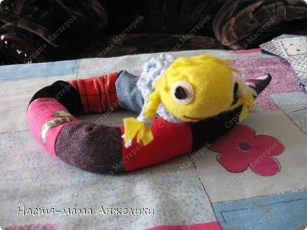 Это наша змейка Василиса)Когда лоскутки к гномику подбирала(http://stranamasterov.ru/node/333246) ,пришла идея сшить из разных лоскутков червячка-змею)).Использовала разные лоскутки ткани(ничем не дублировала,поэтому прямоугольнички перекосило).Голова из вискозной салфетки,я ее как чулок с одного конца сшила,стянуло место для головы,набила синтепоном и пришила к туловищу,а место сшивания прикрыла вязанным шарфиком с цветочком,а остатки салфетки разрезала на полоски и косички заплела).Глазки-пуговицы и кусочки ткани.Ротик вышила.Вот такая гусеничка-змея получилась.Ну доче говорю,что это змейка Василиса)) фото 1