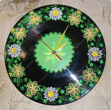 Часы из старой пластинки, украшенные цветами в технике Квиллинг и пайетками фото 1