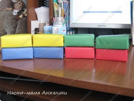 """Это коробочки из-под сока (0,2 или меньше объемом),обклеенные цветной бумагой и сверху заламинированы скотчем для прочности.Таких коробочек можно сделать превеликое множество,если вы любители попить сочку или начинаете прикорм для малыша. Мы пока сделали 8 штук:по 2 каждого основного цвета(красные,желтые,синие,зеленые). Внутрь для слухового развития положила различный по звучанию наполнитель (вишневые косточки,железные крышки от пива,железные """"ярлычки"""" от железных банок пива и в каких-то коробках сочетание нескольких компонентов).  все гремит очень звучно,а главное по-разному.Но одинаковые цвета гремят одинаково(за счет одинакового наполнителя и его !количества!),а разные соответственно-по-разному). На самом деле очень много вариантов игр можно придумать фото 1"""