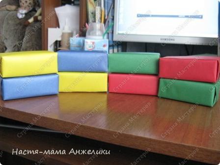 """Это коробочки из-под сока (0,2 или меньше объемом),обклеенные цветной бумагой и сверху заламинированы скотчем для прочности.Таких коробочек можно сделать превеликое множество,если вы любители попить сочку или начинаете прикорм для малыша. Мы пока сделали 8 штук:по 2 каждого основного цвета(красные,желтые,синие,зеленые). Внутрь для слухового развития положила различный по звучанию наполнитель (вишневые косточки,железные крышки от пива,железные """"ярлычки"""" от железных банок пива и в каких-то коробках сочетание нескольких компонентов).  все гремит очень звучно,а главное по-разному.Но одинаковые цвета гремят одинаково(за счет одинакового наполнителя и его !количества!),а разные соответственно-по-разному). На самом деле очень много вариантов игр можно придумать фото 2"""