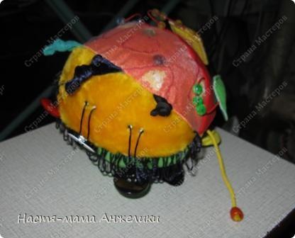 """Хочу вам представить на суд вот такой замечательный развивающий мячик!Я очень старалась!Опыта в шитье у меня почти нет,но по МК и чутким руководством одно замечательно мамочки Анны Румянцевой,я все-таки сшила для дочки,ставшую уже любимой,игрушку-развивашку!  Мячик состоит из 6 лепестков-сторон мячика и каждая очень разная и необычная по своему наполнению! На фото деталь-""""геометрия"""" (состоит из трех геометрических фигур: круга, квадрата и треугольника. Фигуры соединены с мячом при помощи резинки и крепятся к нему на липучки соответствующих форм и цветов. Каждая деталь шуршит и имеет фактурное наполнение.)Между частями  развивающие элементы:шнурочки с узелками, резиночки разного цвета и размера. фото 5"""