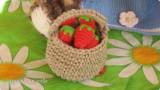 Мишка связан спицами по кругу, веночек, сарафан и корзинка с ягодами  - крючком. Размер - 32 см. Может стоять и сидеть. Автор мишки Лариса (Вязаная радуга) из клуба Осинка.  фото 6