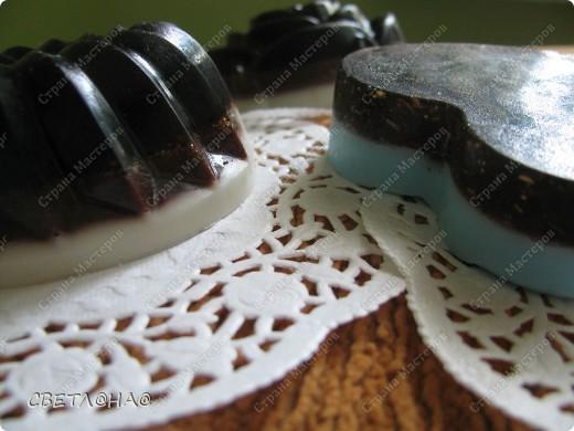 Состав:1)Мыльная основа  2)базовые масла абрикос и виноград 3) Эфирные масла чайное дерево и зеленый чай+мандарин 4)натур.фрукт.пудра,череда,кофе,корица,мед5) малость красителя(в сердечке)                                                                                        фото 3