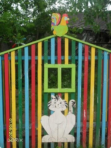Вот такой домик для нашей площадки в детском саду сделал дедушка воспитанника нашей группы. У него 3 стороны, внутри скамейки. Петушка и кота нарисовала я. фото 1