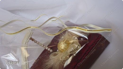 Здравствуйте, уважаемые мастера и мастерицы! Сегодня я поделюсь опытом по украшению коробки с конфетами. Подробнее посмотреть можно тут http://stranamasterov.ru/node/328025 Такой необычный подарок не оставит равнодушной ни одну девушку, женщину. Я пересмотрела множество МК по изготовлению сей красоты, но в процессе работы, поняла что делаю по-своему, все срочно сфотографировала и теперь этим хочу поделиться с Вами! Как правило, в работе используют бумагу, ею оборачивают коробку, из нее собираются разнообразные цветы. НО! я сколько не пыталась- ну не получается! Решено было использовать ткань, она мне роднее и ближе. Поэтому мой МК для таких неумех как я. У вас все получится! Обещаю! Это совсем не сложно. фото 18