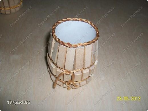 Бочонки-карандашницы. Основа - трубочка от рулона туалетной бумаги; на трубочку двухсторонним скотчем приклеены половинки прищепок, донышко - картон. МК тут http://stranamasterov.ru/node/61031?c=favorite фото 5