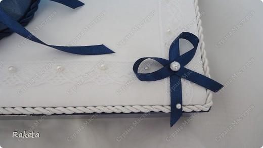 Здравствуйте, уважаемые мастера и мастерицы! Сегодня я поделюсь опытом по украшению коробки с конфетами. Подробнее посмотреть можно тут http://stranamasterov.ru/node/328025 Такой необычный подарок не оставит равнодушной ни одну девушку, женщину. Я пересмотрела множество МК по изготовлению сей красоты, но в процессе работы, поняла что делаю по-своему, все срочно сфотографировала и теперь этим хочу поделиться с Вами! Как правило, в работе используют бумагу, ею оборачивают коробку, из нее собираются разнообразные цветы. НО! я сколько не пыталась- ну не получается! Решено было использовать ткань, она мне роднее и ближе. Поэтому мой МК для таких неумех как я. У вас все получится! Обещаю! Это совсем не сложно. фото 28