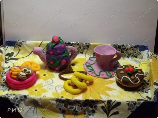 """Целых полгода мы с ребятами 1 класса собирали материал и готовили проект """"Традиции русского чаепития"""". Нашли и узнали много нового и интересного. Одним из заданий была творческая страничка. Старались и творили все, работ было очень много и самые разнообразные по технике и материалам. Вашему вниманию хочу представить некоторые из них. Эту удивительную тарелочку сделала в семья Миненковой Миланы (папа, сестра Диана и сама Милаша). фото 8"""