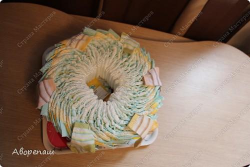 Тема тортов из памперсов не нова. Но все равно , когда  что-то делаешь хочется поделиться и с вами своими трудами.  хочу представить вам небольшой мастер класс тортика из памперсов с мотоциклом. фото 29