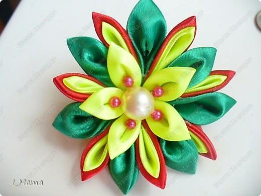 Вчера захотелось сделать своей младшей дочке цветочки - канзаши. Вот такие получились. В одной мы ушли в садик (на первой картинке). фото 1
