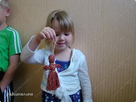 Накануне дня защиты детей мы с детишками делали куколок из шерстяных ниток и назвали куколку Веснянка: ведь она появилась у нас в последний день весны.  Деткам понравилось наматывать клубочки на книжки и трудно было завязывать узелки, но мы справились. Раньше мы с ребятками уже делали нитяных кукол, но теперь у меня другие ребята и их тоже надо научить работать с этим материалом. Дима чудесно справился со всеми трудностями. фото 2
