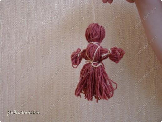 Накануне дня защиты детей мы с детишками делали куколок из шерстяных ниток и назвали куколку Веснянка: ведь она появилась у нас в последний день весны.  Деткам понравилось наматывать клубочки на книжки и трудно было завязывать узелки, но мы справились. Раньше мы с ребятками уже делали нитяных кукол, но теперь у меня другие ребята и их тоже надо научить работать с этим материалом. Дима чудесно справился со всеми трудностями. фото 3