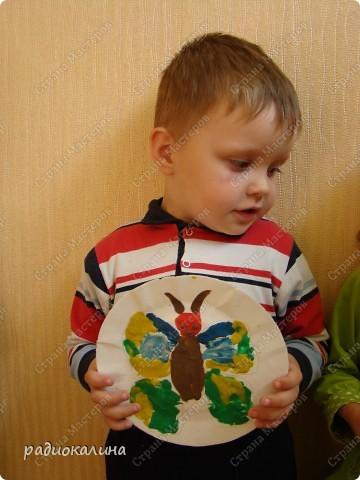 На примере пластилиновой бабочки на этом занятии мы изучали законы симметрии и пытались лепить мягким пластилином красивые крылья с одинаковым орнаментом на верхних и нижних крыльях соответственно. У Даши получился интересный рисунок. фото 2