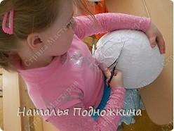 """Ребята с огромным удовольствием решили самостоятельно, но под руководством воспитателя изготовить своими руками   шлем , для сюжетно-ролевой игры в """" Космос"""" . В качестве основы таковой мы  воспользовались воздушными шариками. В надутом состоянии они должны быть заметно больше головы ребенка и, к тому же, иметь форму, максимально близкую к шарообразной............ фото 4"""