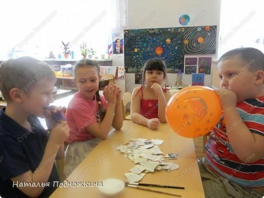"""Ребята с огромным удовольствием решили самостоятельно, но под руководством воспитателя изготовить своими руками   шлем , для сюжетно-ролевой игры в """" Космос"""" . В качестве основы таковой мы  воспользовались воздушными шариками. В надутом состоянии они должны быть заметно больше головы ребенка и, к тому же, иметь форму, максимально близкую к шарообразной............ фото 2"""