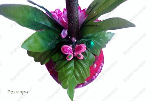Топиарий из искусственных цветов, декорированных полубусинами, бусинами, бабочками, сердечками, стеклянными росинками. Высота дерева 40 см фото 5