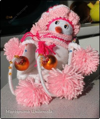 Всё нужно делать заранее... Подружка снеговичка! В основании два небьющихся новогодних шарика,обмотанных пряжей! фото 1