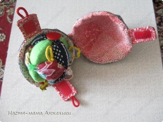 Участвовала в тренинге по шитью вот такой замечательной игрушки .  Эта интересная идея и все разработки принадлежат Анне Румянцевой. Мячик-серединка + 3 оболочки-скорлупки (внешние слои, лепестки, шапочки,  матрешки- как угодно называйте) к нему.  фото 4