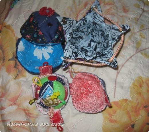 Снутри мячика синтепон и разный наполнитель(бисер, мелкие пуговки, бусинки).  1.Участвовала в тренинге по шитью вот...