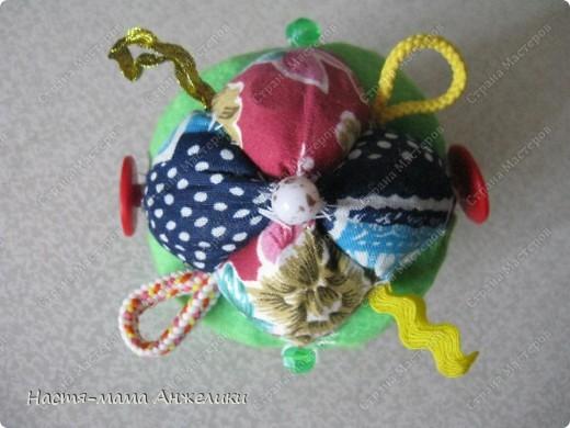 Участвовала в тренинге по шитью вот такой замечательной игрушки .  Эта интересная идея и все разработки принадлежат Анне Румянцевой. Мячик-серединка + 3 оболочки-скорлупки (внешние слои, лепестки, шапочки,  матрешки- как угодно называйте) к нему.  фото 2