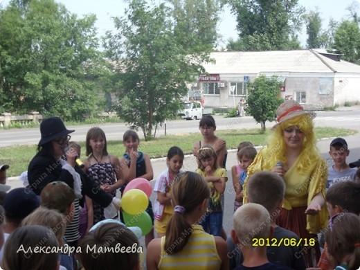 Детки изучают правила дорожного движения с Мальвиной и Буратино. Красный-стой, желтый- приготовится (хлопали в ладоши), зеленый - иди (дети громко топали ногами). фото 2