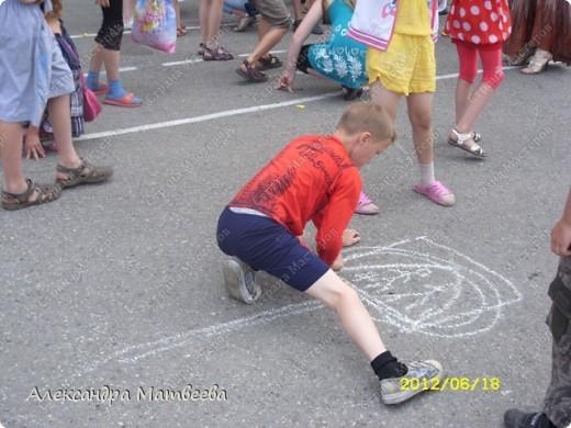 Детки изучают правила дорожного движения с Мальвиной и Буратино. Красный-стой, желтый- приготовится (хлопали в ладоши), зеленый - иди (дети громко топали ногами). фото 3