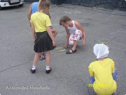 Детки изучают правила дорожного движения с Мальвиной и Буратино. Красный-стой, желтый- приготовится (хлопали в ладоши), зеленый - иди (дети громко топали ногами). фото 4